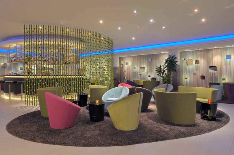 Oval-Bar und Lounge im Radisson Blue Hotel Basel