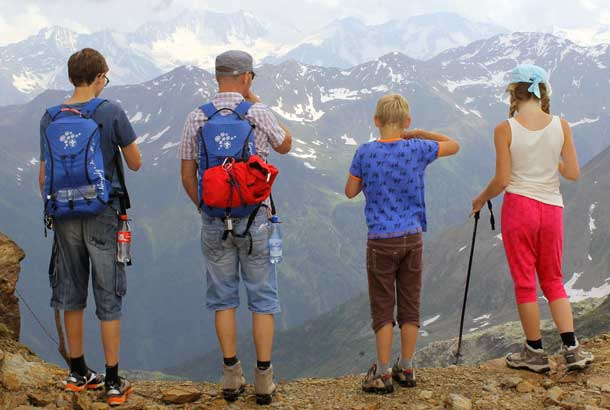 Familie beim Wandern in den Alpen